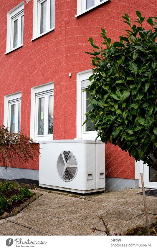 Luftwärmepumpe vor einem Reihenhaus. Moderne, umweltfreundliche Heiztechnik, Luftwasserwärmepumpe Heizung heizen Nachhaltigkeit Wohnhaus nachhaltig