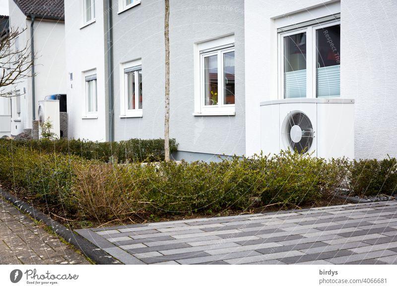 Luftwärmepumpe im Vorgarten eines Reihenhauses. Moderne, umweltfreundliche Heiztechnik. Luftwasserwärmepumpe Heizung heizen Nachhaltigkeit Wohnhaus nachhaltig