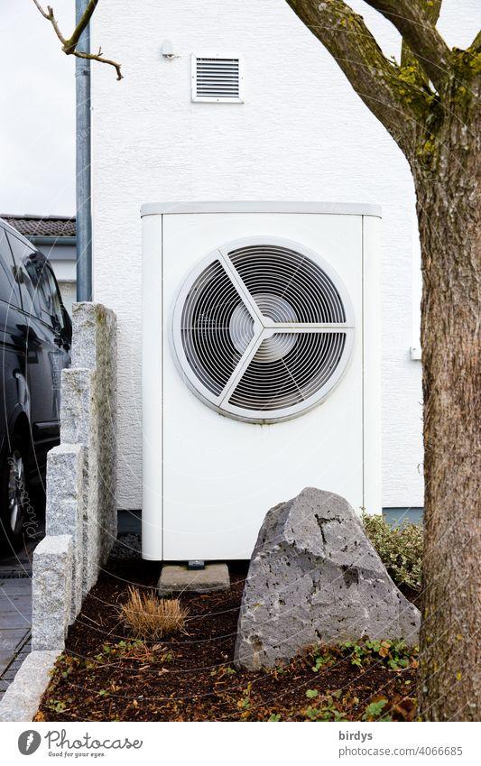 Luftwärmepumpe im Vorgarten eines Hauses. Moderne, umweltfreundliche Heiztechnik. Luftwasserwärmepumpe Heizung heizen Nachhaltigkeit Wohnhaus nachhaltig