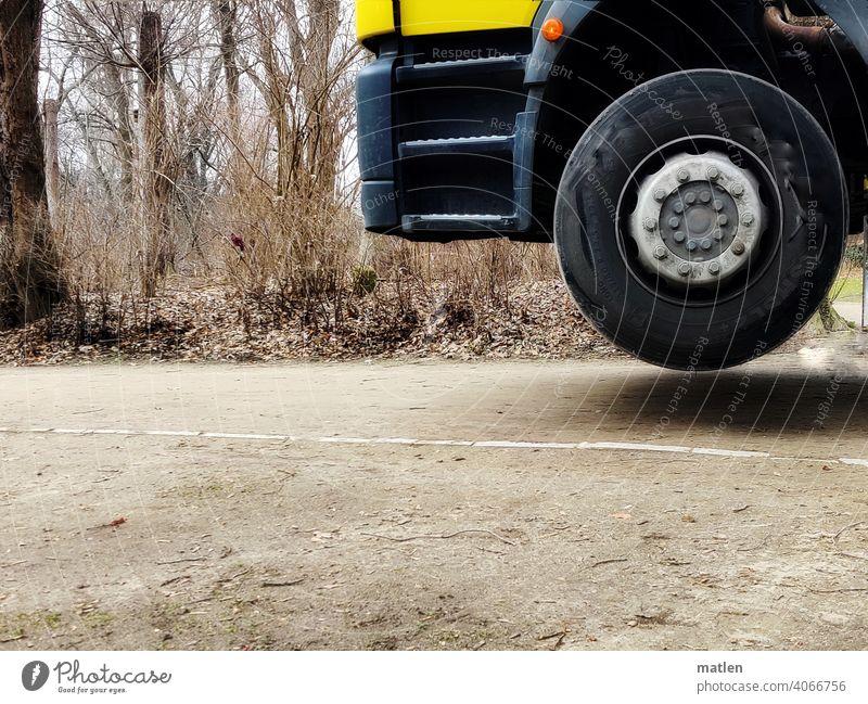 Bodenhaftung verloren Ohne Weg Rad Lkw Baeume Außenaufnahme kontaktlos Menschenleer Blinker Fahrerhaus Reifen Farbfoto Schweben Detailaufnahme