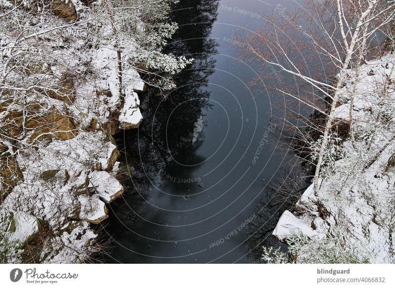 View From A Bridge Winter Vogelperspektive Fluss Wasser Schnee Felsen Klippen Steine Kalt Eis Natur Landschaft Farbfoto Menschenleer Frost gefroren See Tag