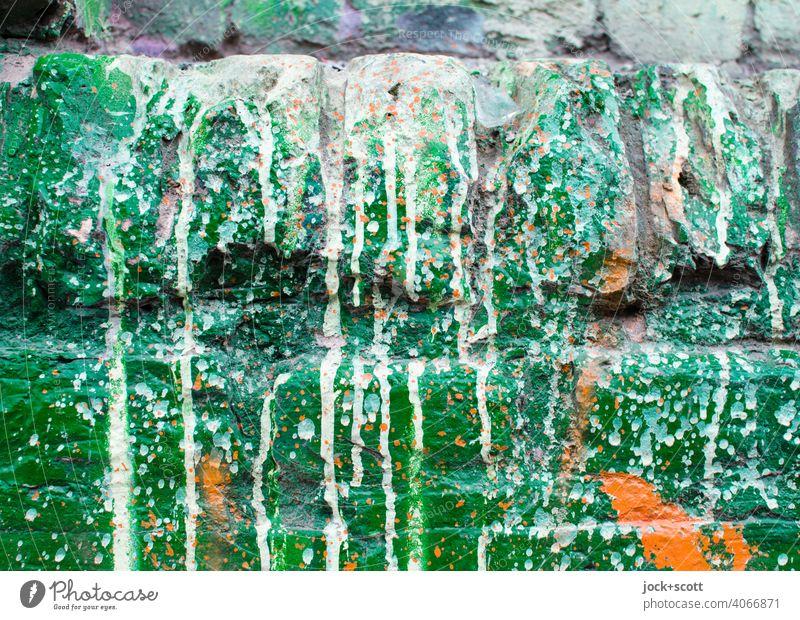 Gestaltung der Mauer in grün, weiß und orange Straßenkunst Stil Subkultur Graffiti Lack Farbverlauf gestalten expressiv getrocknet spritzen Detailaufnahme