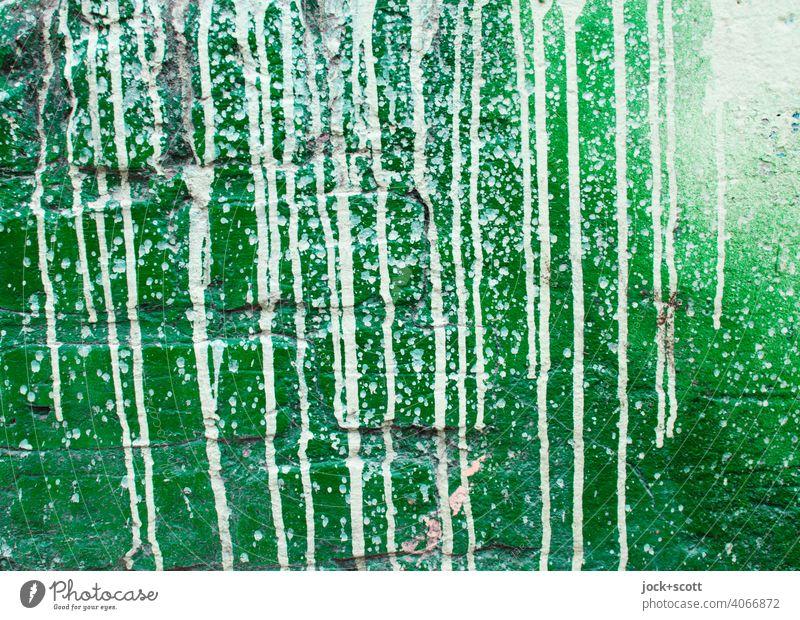 eine Mauer mit grün und weiß gestaltet Straßenkunst Subkultur Graffiti Farbverlauf expressiv getrocknet spritzen Detailaufnahme abstrakt Strukturen & Formen