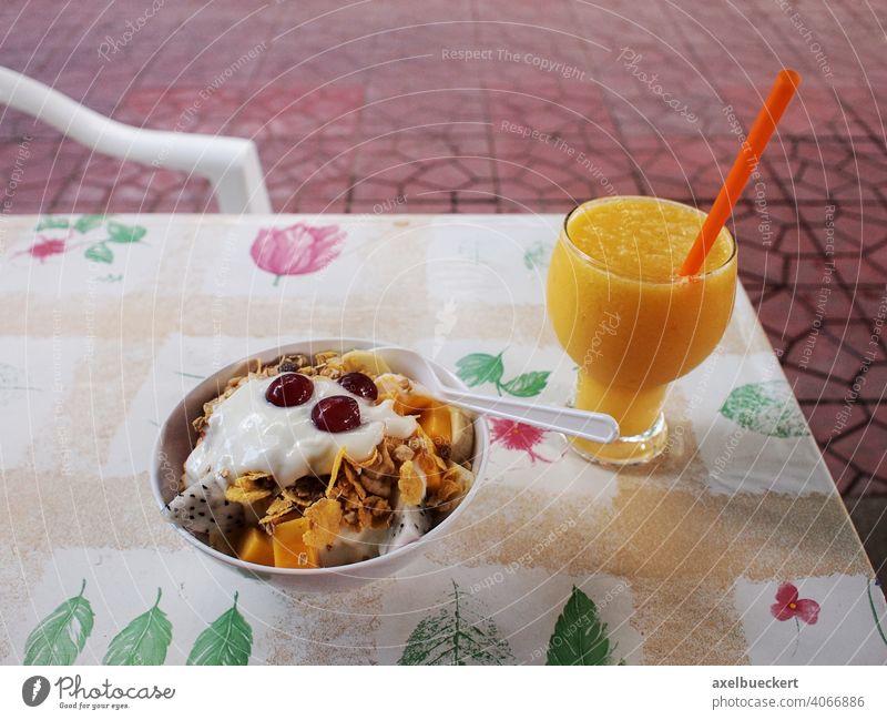 gesundes Frühstück mit Müsli frischen Früchten und frisch gepresstem Orangensaft Gesunde Ernährung Saft Frühstückstisch Vegetarische Ernährung Lebensmittel