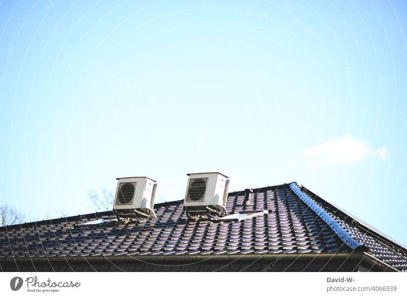 Luftwärmepumpen auf einem Dach - Moderne, umweltfreundliche Heiztechnik, Luftwasserwärmepumpe Energiegewinnung Energiewirtschaft nachhaltig innovativ ökologisch