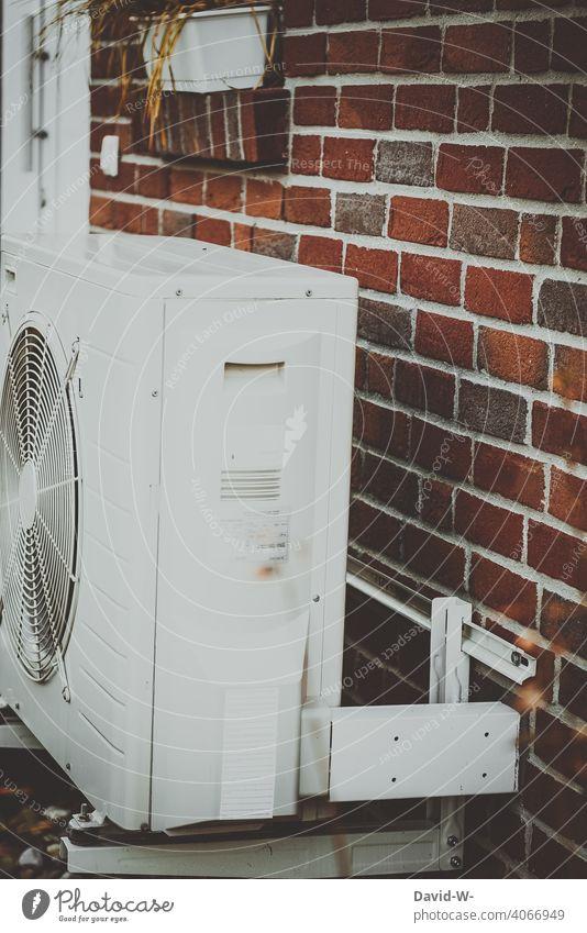 Luftwärmepumpe an einer Hauswand Moderne, umweltfreundliche Heiztechnik, Luftwasserwärmepumpe heiztechnik Energiegewinnung heizen Energiewirtschaft nachhaltig