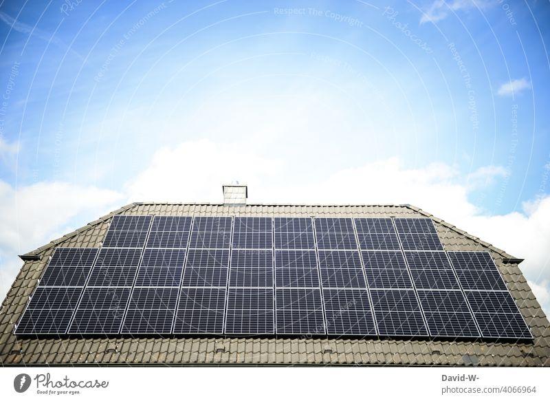 Solaranlage auf einem Hausdach Photovoltaik Klima wärmequelle enegiesparen umweltbewusst fotovoltaikanlage sonnenenergie Technologie Klimaschutz stromerzeuger