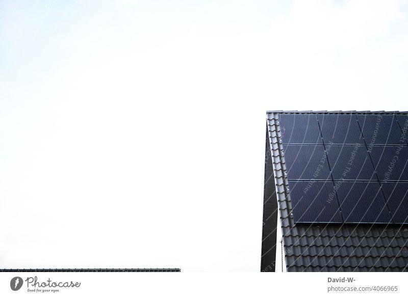 Moderne Photovoltaikanlage auf einem Dach eines Wohnhauses Solarenergie innovativ modern Solarmodul Klima Sonnenschein Umwelt Solarzellen Erneuerbare Energie