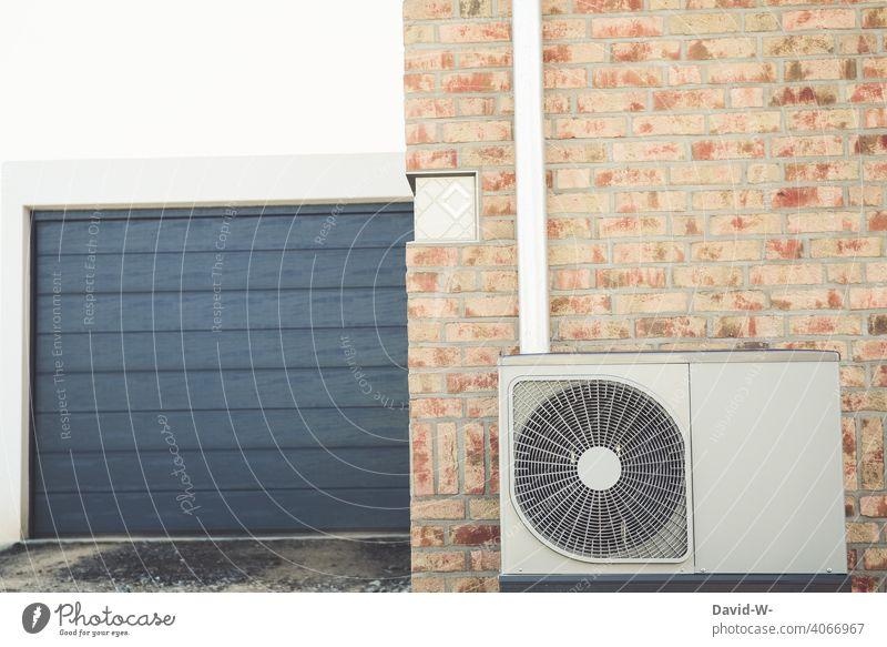 moderne Luftwärmepumpe an einem Neubau Erneuerbare Energie Energieeffizienz Energiegewinnung Zukunftsorientiert nachhaltig umweltfreundlich Wärmepumpe