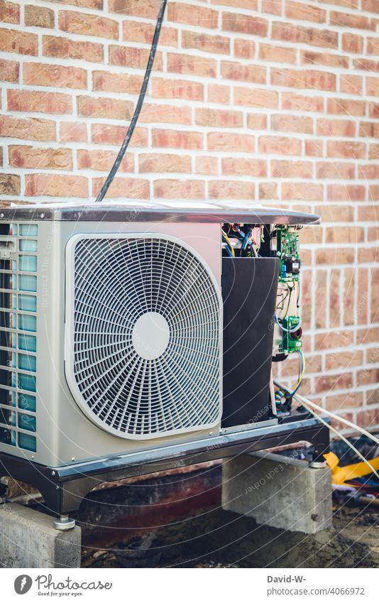 Installation einer Luftwärmepumpe - moderne und umweltfreundliche Heiztechnik installation Erneuerbare Energie innovativ Neubau Klimaschutz Wärmegewinnung