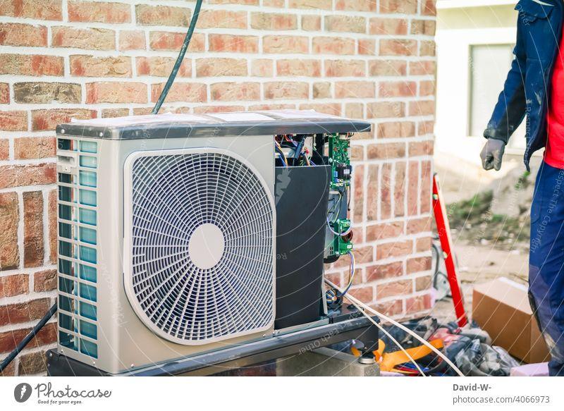 Installation einer Luftwärmepumpe durch einen Installateur installation Erneuerbare Energie modern innovativ Neubau Klimaschutz Wärmegewinnung nachhaltig