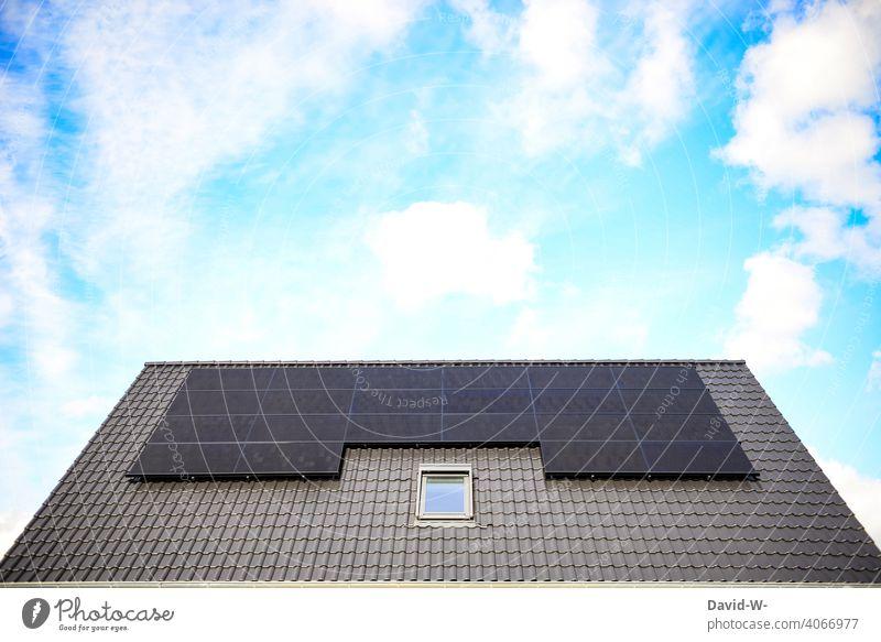 moderne Photovoltaikanlage auf einem Dach Solarenergie innovativ Klima Sonnenschein Umwelt Solarzellen Erneuerbare Energie Sonnenenergie Umweltschutz