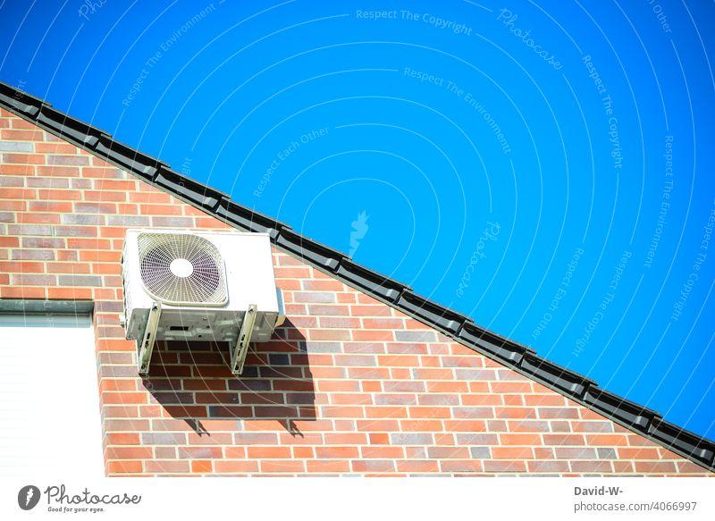Luftwärmepumpe an einem Dach - ökologisch und zukunftsorientiert - Moderne und umweltfreundliche Heiztechnik Wärmegewinnung nachhaltig Luft-Wasser-Wärmepumpe