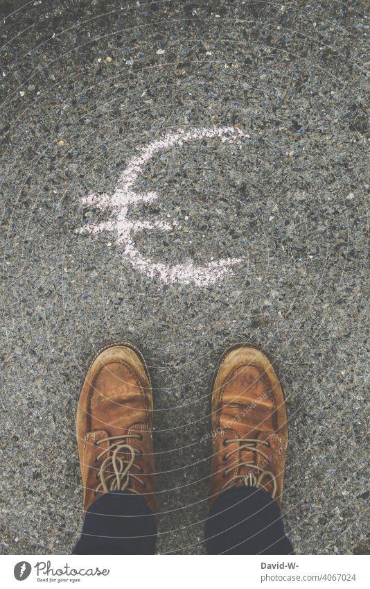 Geld regiert die Welt Euro € Gedanken sorgen Eurozeichen Armut Reichtum Zukunftsangst Erfolg Abhängigkeit standhaft