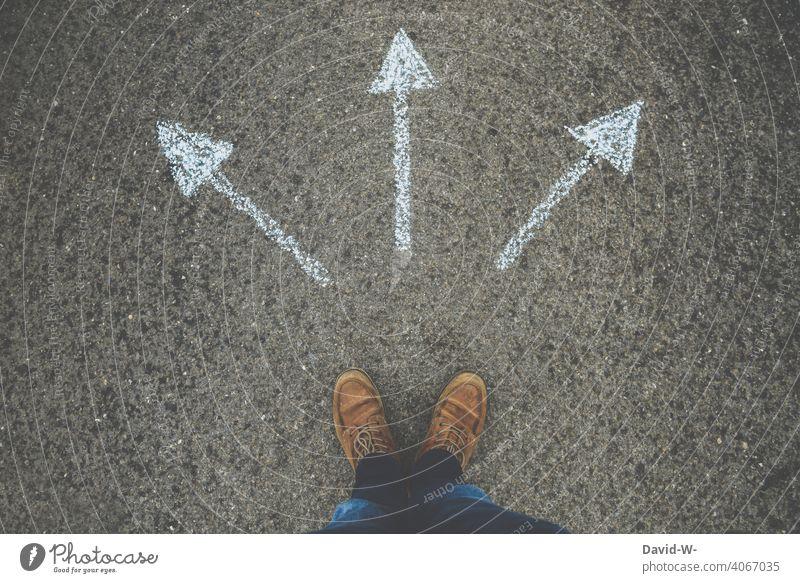 Wohin ? Pfeile zeigen in verschiedene Richtungen Entscheidung orientierungslos Mann unentschlossen richtungweisend Kreide unsicher Ziel planlos Zukunft ratlos