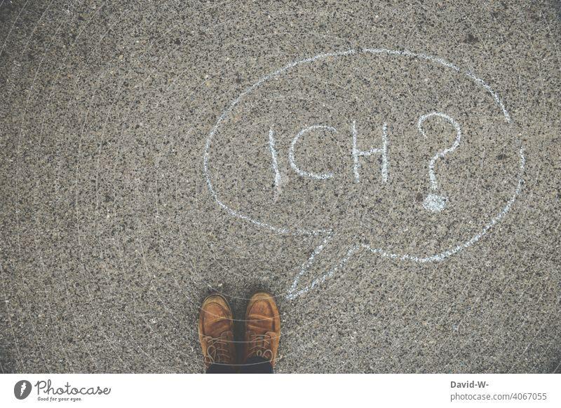 Ich ? Irritation Fragezeichen Verwirrung fragend Mann Kreide Sprechblase anonym ratlos unsicher Boden