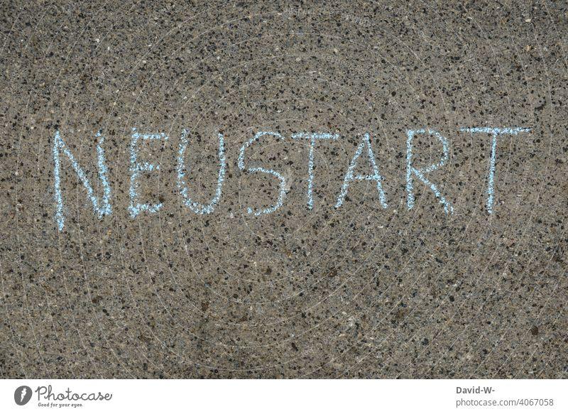 Neustart - Wort mit Kreide auf den Boden geschrieben neustart durchstarten Neuanfang Motivation Anfang Beginn