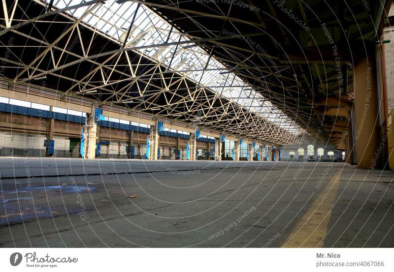 Fabrikhalle Industriekultur produktionshalle Industrieanlage Produktionsstätte Werkhalle Bauwerk Gebäude Lichteinfall alt Architektur Halle verlassen leer