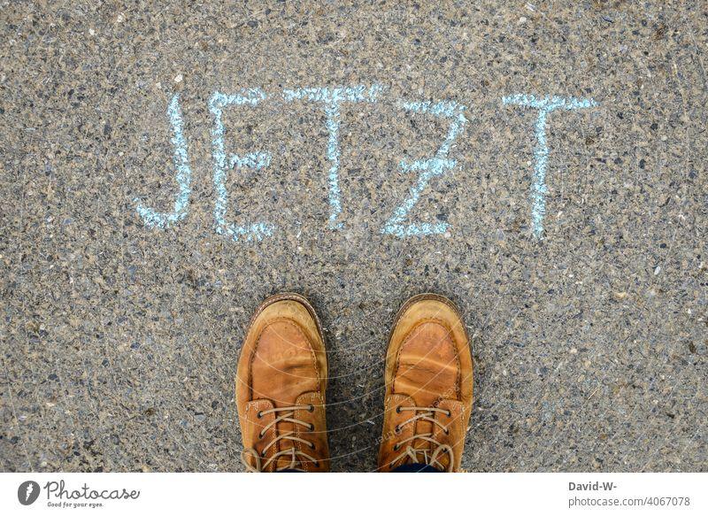 Jetzt - Gegenwart - Wort auf dem Boden Kreide Leben Mann gegenwärtig augenblick Dasein heute Zeit