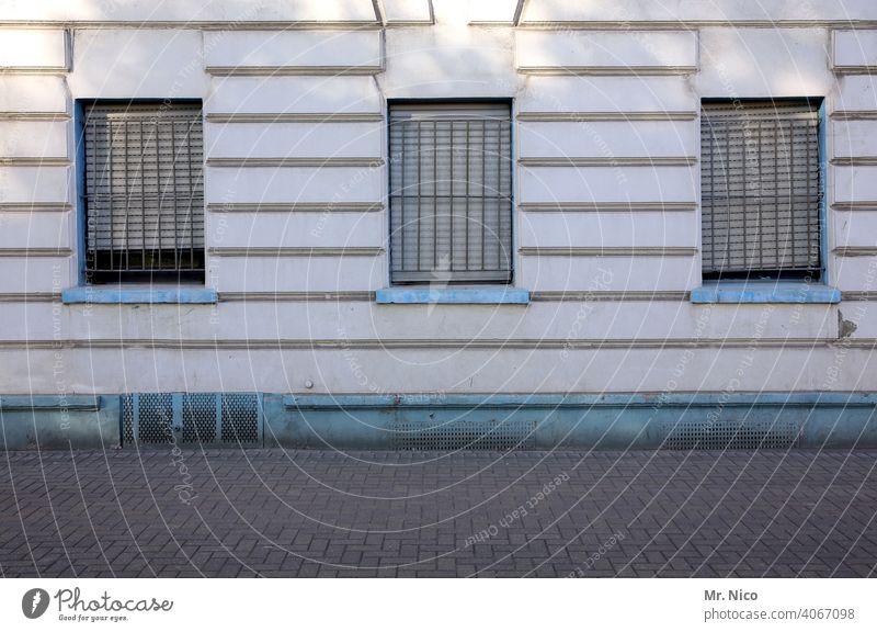 vergitterte Fenster Haus Gebäude Fassade Architektur Wege & Pfade Straße Bürgersteig geschlossen zuhause bleiben drei Wohnhaus Kellerfenster Rollo Jalousie