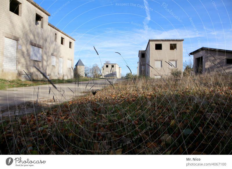 Geisterstadt Unbewohnt Architektur verfallen Gebäude Einsamkeit Dorf Kleinstadt Truppenübungsplatz verlassenes Gebäude heimatlos Flucht Verlassenes Haus