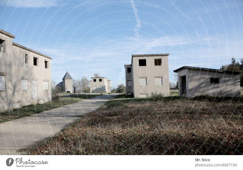 Geisterstadt Haus Unbewohnt Gebäude verfallen Architektur Dorf Einsamkeit Kleinstadt verlassenes Gebäude Truppenübungsplatz Flucht heimatlos Ruhe