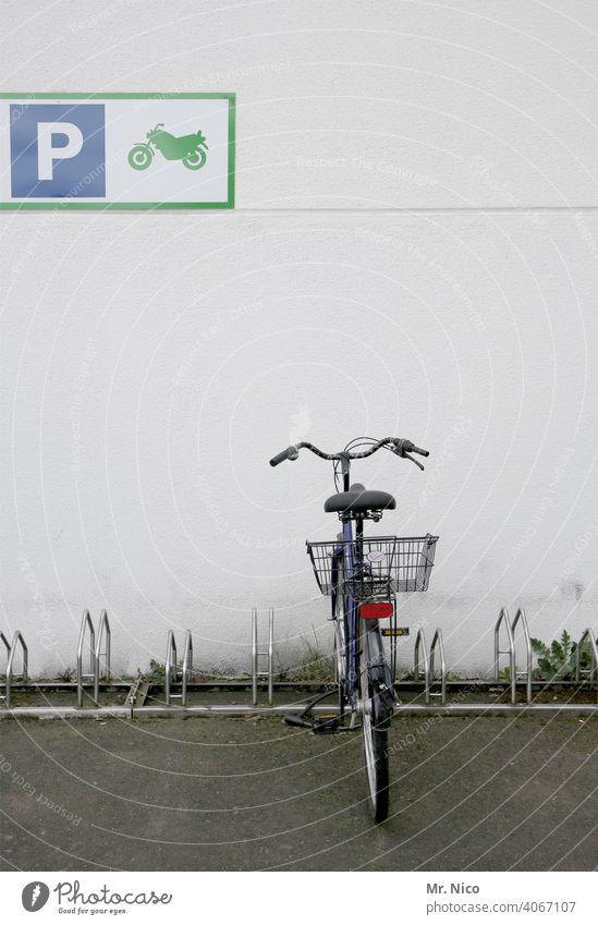 Falschparker Parkplatz Fahrrad parken Rad Fahrradständer Fahrradfahren Verkehrsmittel Mobilität Moped fahren Motorrad Schilder & Markierungen Damenfahrrad Wand