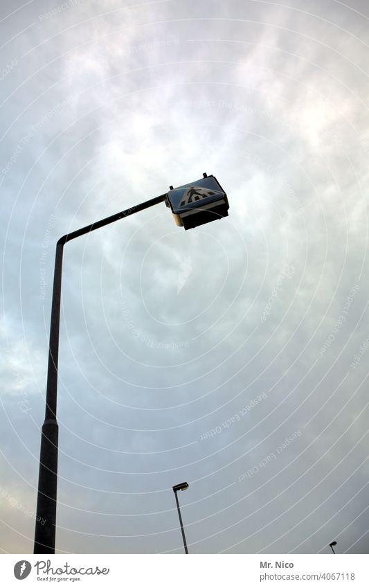 Blick nach oben Fußgänger Wege & Pfade Fußgängerübergang Schilder & Markierungen Sicherheit Verkehrsschild Verkehrssicherheit aufschauend hoch Himmel