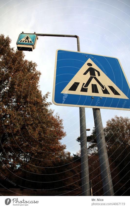 Fußgängerübergang Straße Verkehr Verkehrswege Wege & Pfade Zebrastreifen Verkehrszeichen Schilder & Markierungen Straßenverkehr Verkehrsschild Sicherheit Himmel