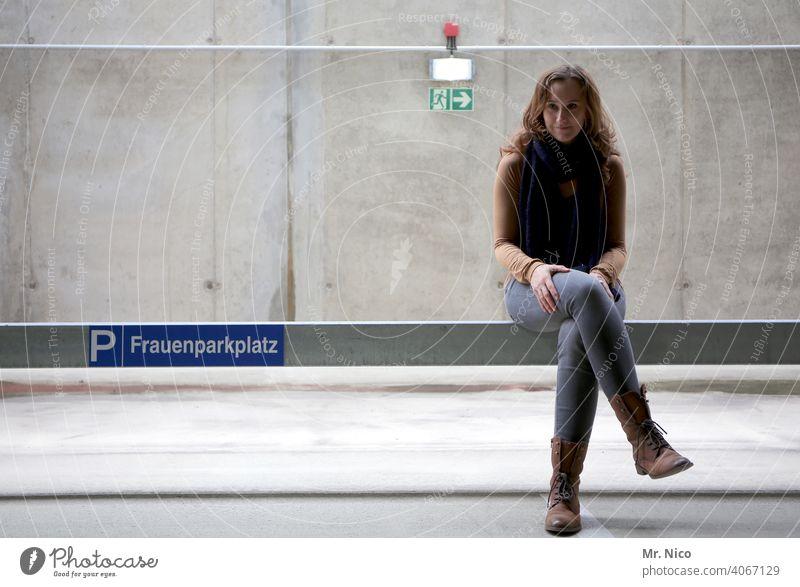 Frauenparkplatz Parkplatz Parkplatzmangel Parkhaus Parkdeck Schilder & Markierungen grau parkraumbewirtschaftung Verkehrsregel parken feminin Klischee