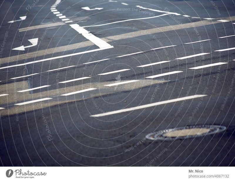 nach links oder rechts Orientierung Fahrbahnmarkierung Linie Asphalt abbiegen Schilder & Markierungen Straßenmarkierung straße richtung Wegkreuzung