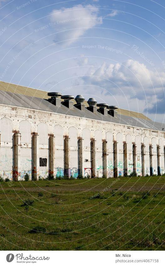 großes altes Gebäude Architektur Fabrik Lager Lagerhalle Fassade Himmel Fabrikhalle Werkhalle Bauwerk produktionshalle Produktionsstätte Industriekultur Halle