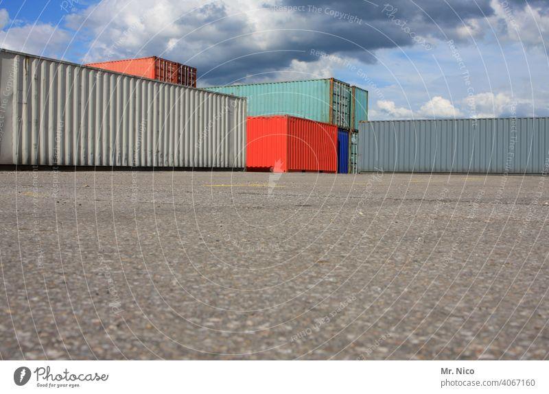 Containerterminal Güterverkehr & Logistik Hafen Containerverladung Handel Wirtschaft stapeln Abstellplatz Ladung containerstapel Strukturen & Formen rot