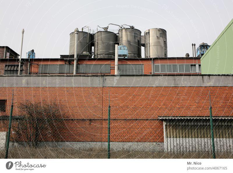 Industrieanlage Fabrik Architektur Gebäude Industriegelände Industriegebäude Tank Kessel kesselhaus Silo industriell Maschendrahtzaun Fassade