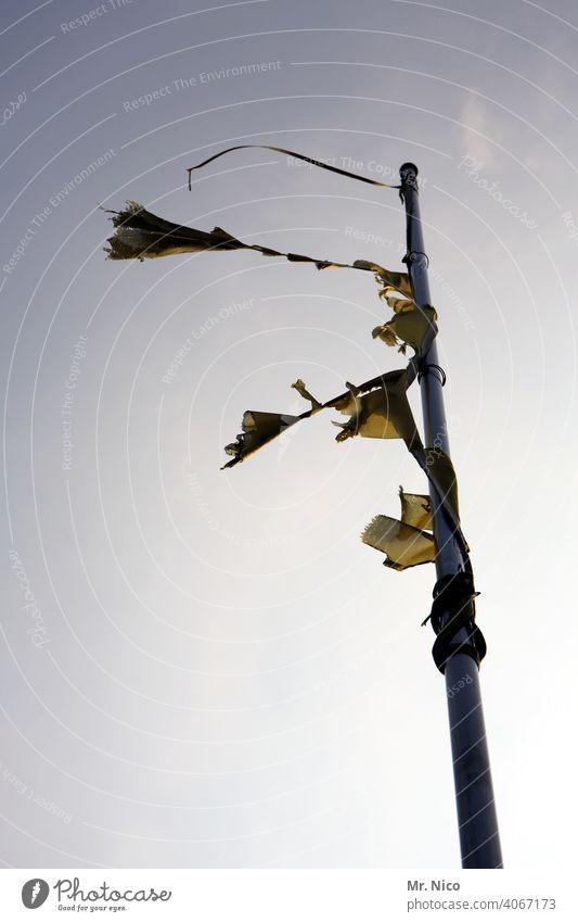 vom winde verweht Fahnenstange Himmel Wolkenloser Himmel Schönes Wetter Fetzen Stofffetzen wehen Wind windig Sonne Fahnenmast flattern Reste kaputt verschlissen