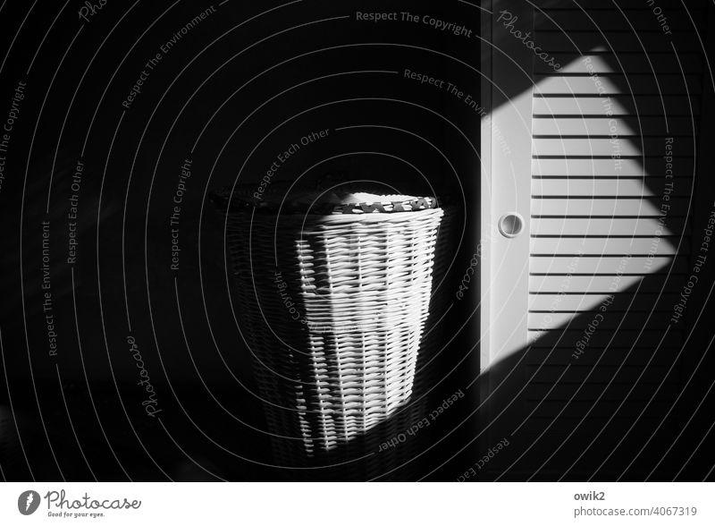 Neulich abends Wäschekorb Schrank Schlafzimmer Innenarchitektur Schrankgriff Verschwiegenheit dunkel Zusammensein geduldig ruhig Diskretion Innenaufnahme Muster