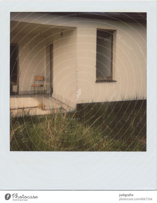 Stuhl vor Bungalowruine auf Polaroid Ruine alt marode verfallen verlassen Verfall Gebäude Vergangenheit Haus Fenster Wand Wandel & Veränderung Urlaub Erholung