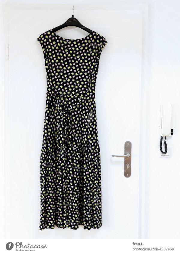 Ein Sommerkleid hängen Stoff Bekleidung Muster Gegensprechanlage bunt Kleid Tür Türklincke Kleiderbügel Mode Zitronen
