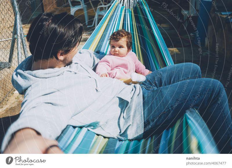 Kleines Baby genießt einen sonnigen Tag im Urlaub mit Papa Familie Feiertage Fröhlichkeit Vater Eltern Elternschaft Säuglingsalter Glück entdecken erkunden