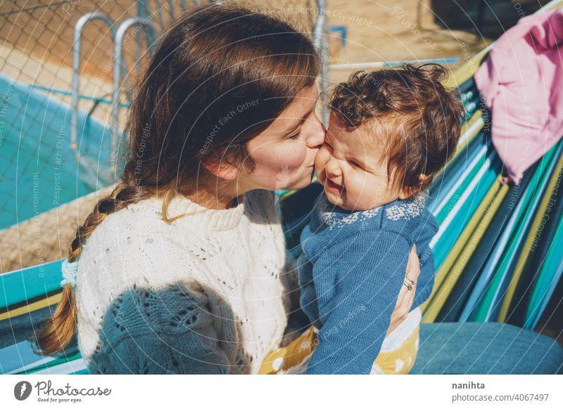 Bild über echte Mutterschaft einer jungen Mutter, die ihr Baby umarmt Mama Leben Liebe Familie Umarmung niedlich Kindheit Mädchen junge Frau umarmend