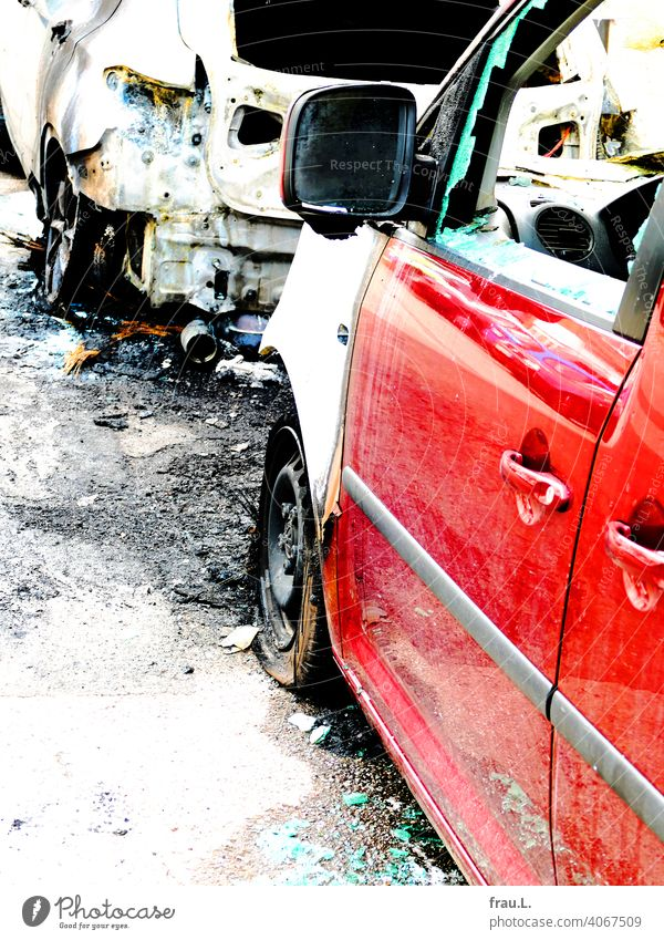 Abgefackelt Auto PKW Straße Verkehr ausgebrannt Feuer Totalschaden Straßenrand Stadt Löschwasser Autowrack