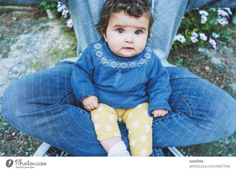 Kleines Baby Porträt sitzt auf seinem Vater Beine Papa alleinerziehend wirklich Familie Jeanshose lässig offen wenig Mädchen männlich Mann Jugend Elternschaft