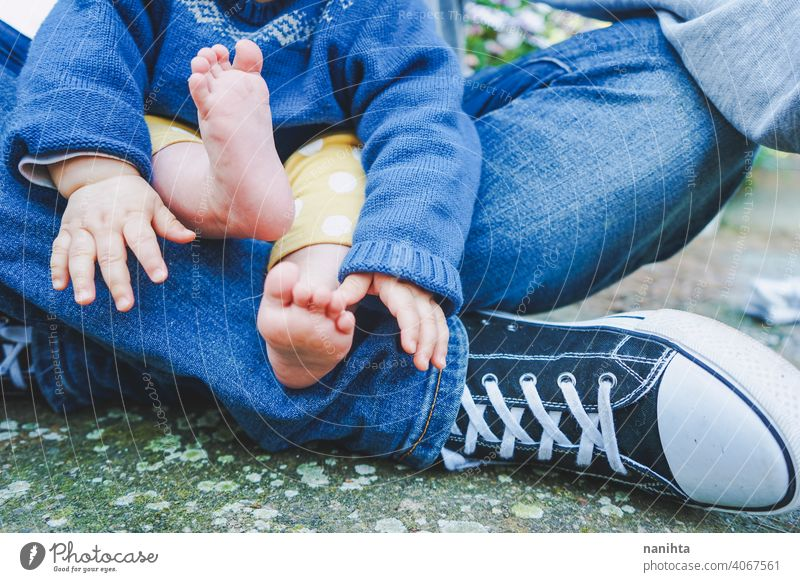 Nahaufnahme von Körperteilen eines Babys von jugendlichen Vätern mit ihrem Vater Teenager Eltern Fuß Beine schließen abschließen lässig Turnschuh barfüßig