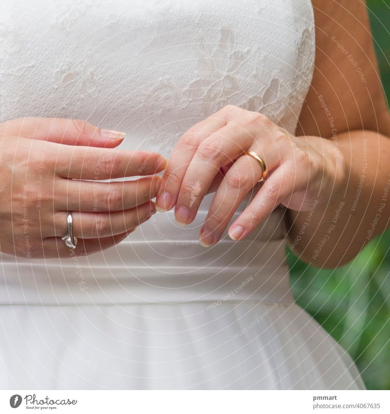 junge Ehepartner spielen mit Liebesringen, die sie sich selbst geschenkt haben Ehemann Ehefrau Hand Glaube Ring elegant Kleid Braut Heirat weiß rosa Schnürung