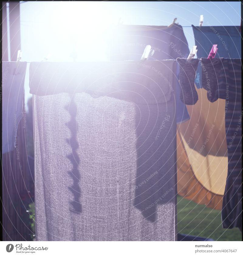 Weiße Wäsche waschen sauber Wäscheleine Waschtag waschmaschine waschmittel schmutz trocken Handtuch hausfrau hausmann wäscheklammer