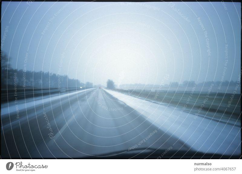 Kalte Spur Autobahn Winter Frost rutschen fahren Reisen glätte pkw lkw Nebel trist einsam frust Trauma verkehr alleine