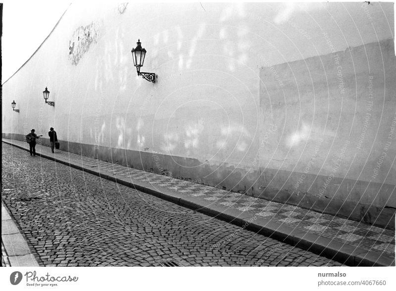 Im Gespräch Zauberstab Gehen gespräch Straße spazieren Gitarre Hütte strassenmusik Prag Reise Urlaub schwarz weiß analog strassenlampe