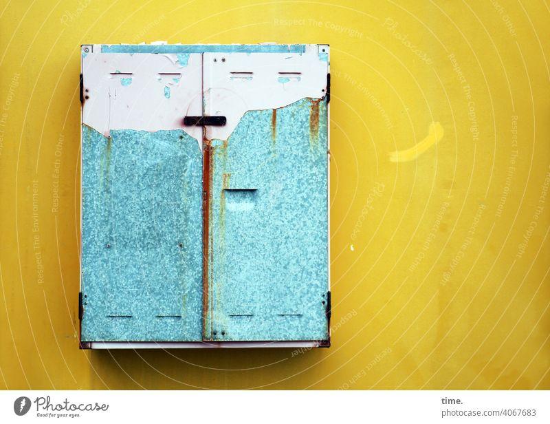F60 Giftschrank schränkchen aufbewahrung rostig gelb Sicherungskasten eisen hellblau verrostet abgegriffen außer Betrieb funktionslos historisch alt ungenutzt