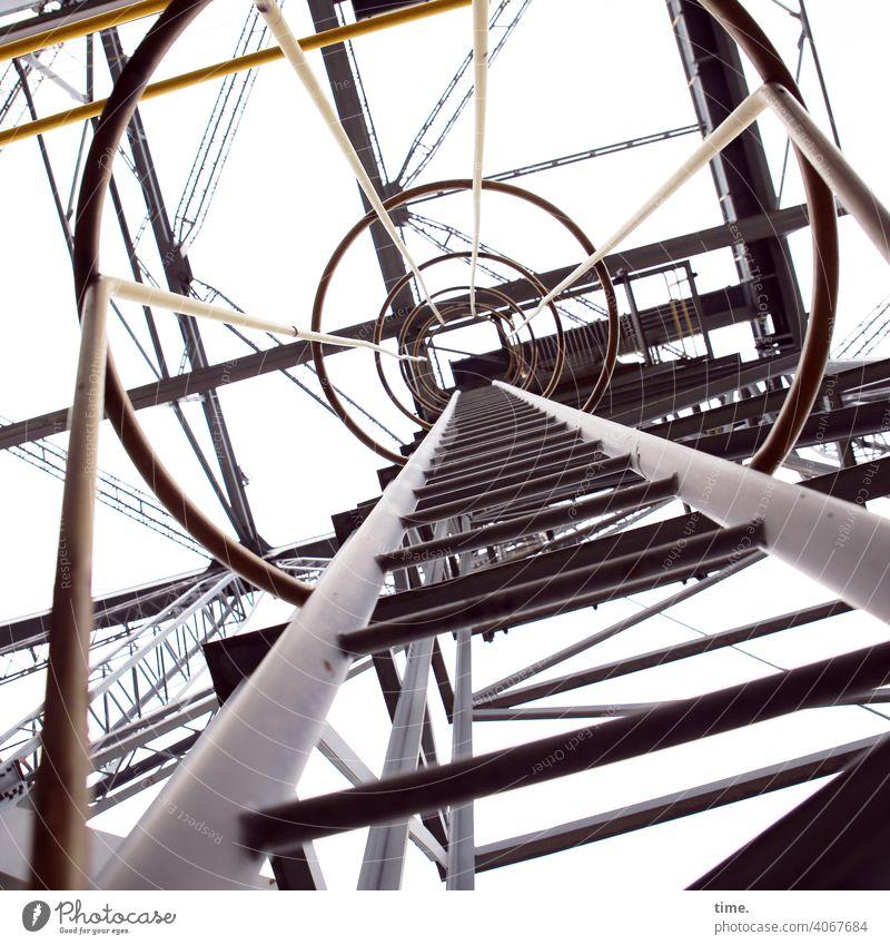 F60 Highway Bergwerk Tagebau metall gerüst eisen rohre linien fluchten gelb grau gang weg hoch tiefenschärfe streben architektur sicherheit schutz geschichte