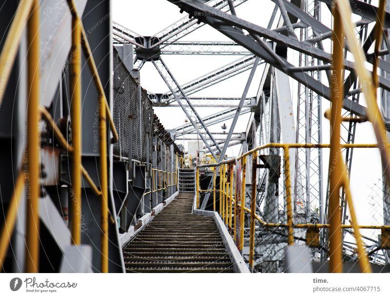 F60 passageway Bergwerk Tagebau metall gerüst eisen rohre linien fluchten gelb grau gang weg hoch tiefenschärfe streben architektur sicherheit schutz geschichte